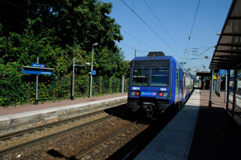 Un train SNCF en gare de Saint-Ouen l'Aumône Centre